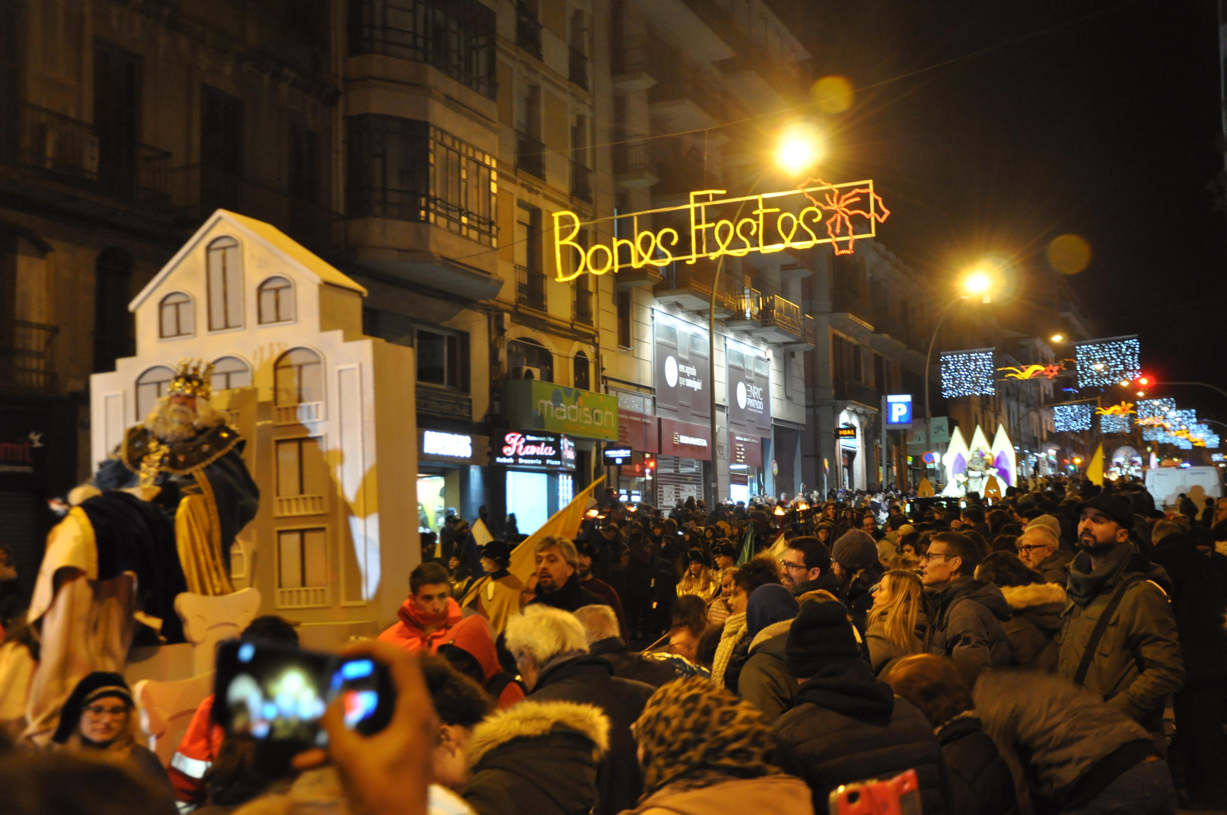 CRÒNICA: Una multitud rep amb il·lusió els Reis d'Orient a Manresa